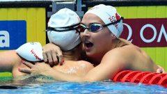 Kylie Masse (à droite) félicitée par sa coéquipière Taylor Ruck - Photo : Getty Images / Quinn Ronney