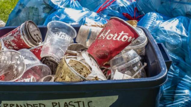 Tim Hortons et Nestlé nommés plus grands pollueurs de plastique au pays