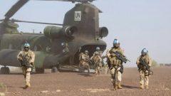 Des soldats canadiens et du personnel médical débarquent d'un hélicoptère Chinook lors d'un exercice sur la base des Nations Unies à Gao au Mali, le 22 déc. 2018 - Photo : La Presse Canadienne / Adrian Wyld
