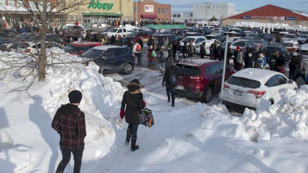 File d'attente devant un grand magasin d'épicerie à Saint-Jean de Terre-Neuve - La Presse Canadienne / Andrew Vaughn