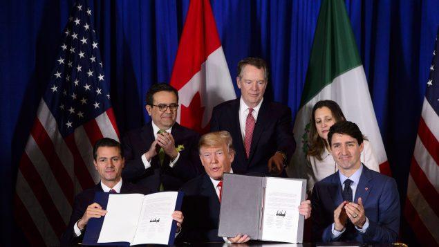 Assis de gauche à droite : l'ancien président méxicain Enrique Pena Nieto, Le président américain Donald Trump et le Premier ministre Canadien Justin Trudeau à la cérémonie de signature de l'Accord Canada-États-Unis-Mexique (ACEUM) à Buenos Aires en Argentine le 30 novembre 2018 - La Presse Canadienne / Sean Kilpatrick