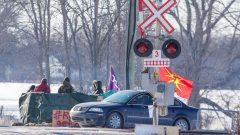 Barrage ferroviaire installé près de Belleville, en Ontario, en solidarité avec les chefs héréditaires Wet'suwet'en qui s'opposent au passage du gazoduc Coastal GasLink sur leur territoire dans le nord-ouest de la Colombie-Britannique - La Presse Canadienne / Lars Hagberg