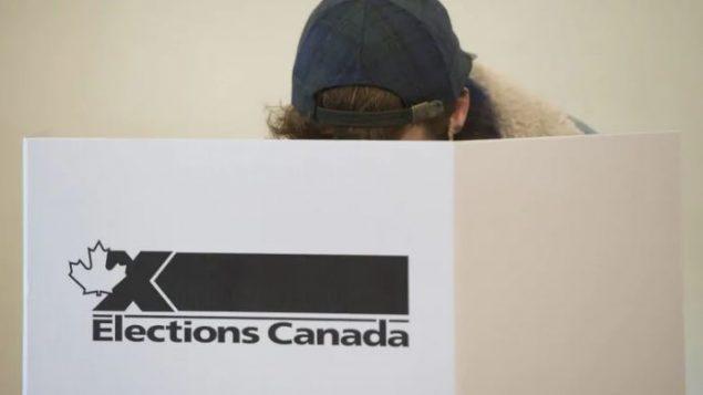 En tout, un total de 28 cas « d'usurpation de l'identité d'Élections Canada ou de diffusion d'information inexacte qui auraient pu nuire à la capacité des électeurs de voter » ont été enregistrés mais sans tentative étrangère de perturbation – Photo : Graham Hughes / La Presse Canadienne