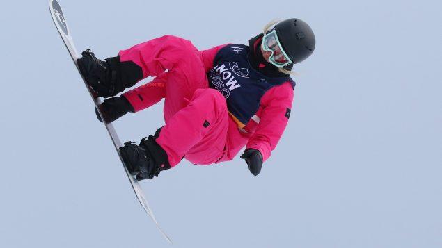 Laurie Blouin lors de la finale de l'épreuve de descente acrobatique, à la Coupe du monde de surf des neiges de Calgary, le 16 février 2020 - Photo : La Press Canadienne / Dave Chidley