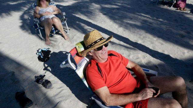 Des Québécois se prélassent sur une plage de Hollywood en Floride en 2015