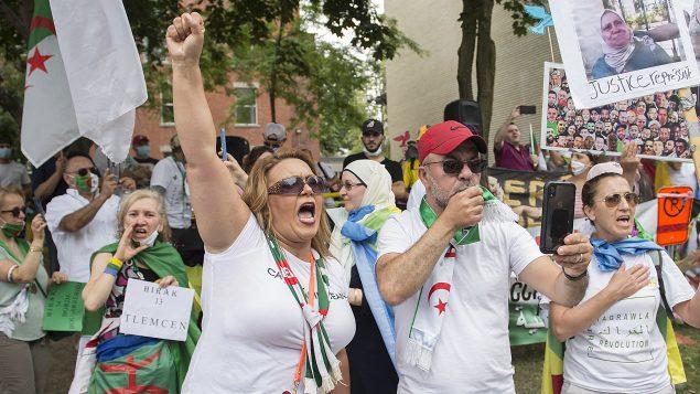 Marche et manifestation des membres de la communauté algérienne devant le Consulat d'Algérie à Montréal à l'occasion de la fête d'indépendance de l'Algérie - 05.07.2020 - Photo : The Canadian Press / Graham Hughes