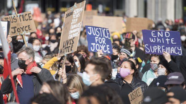 Manifestation à Montréal pour dénoncer le racisme systémique après la mort de la jeune mère autochtone, Joyce Echaquan - Samedi 3 octobre 2020 - Photo : Graham Hughes / La Presse Canadienne