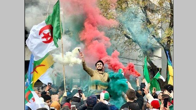 Marche suivie d'une manifestation de membres de la diaspora algérienne au Canada en face du Consulat d'Algérie à Montréal, en soutien au mouvement populaire en Algérie et pour commémorer le 65e anniversaire du déclenchement de la révolution algérienne (1er novembre 1954) – Montréal 2 novembre 2019. Photo : Amel Bouazza
