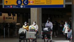 Si le voyageur ne fournit pas les renseignements requis électroniquement avant de monter à bord de l'avion, il pourrait revoir un avertissement verbal voire même à une amende de 1.000 dollars - La Presse canadienne / Jeff McIntosh