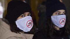 Deux opposantes à la loi sur la laïcité de l'État au Québec, hier, devant le Palais de justice de Montréal, au premier jour du procès devant la Cour supérieure du Québec - La Presse Canadaienne / Paul Chiasson
