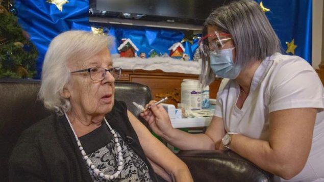 Gisèle Lévesque, première à être vaccinée au Québec et au Canada - Photo : Ministère de la Santé du Québec