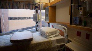 Le gouvernement du Québec demande aux hôpitaux de rendre disponibles les 2/3 de leurs « lits désignés COVID » d'ici vendredi et 100% du nombre d'ici le 17 décembre - Reuters / Daniel Acker