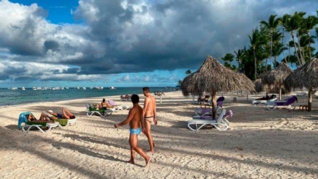 65 % des Canadiens veulent qu'on interdise les vacances à l'étranger