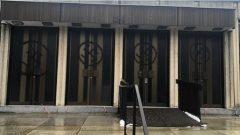 L'homme a commis son méfait sur les portes de la Congrégation Shaar Hashomayim à Westmount - Photo : Adam Scheier / Facebook