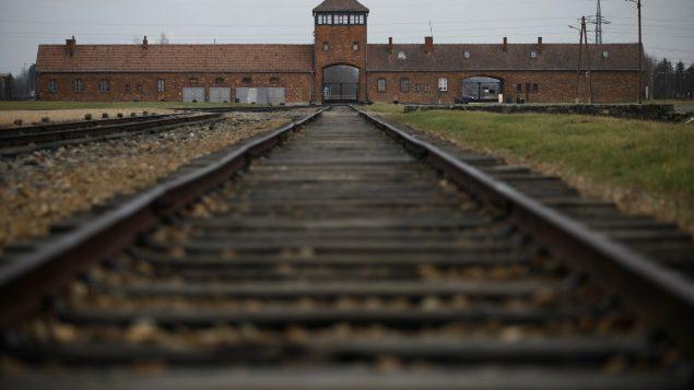 L'adoption de cette définition intervient en cette Journée internationale dédiée à la mémoire des victimes de l'Holocauste célébrée le 27 janvier de chaque année depuis 2005 et qui coïncide avec le 76e anniversaire de la libération du camp de concentration nazi Auschwitz-Birkenau en Pologne. Photo : Reuters / Kacper Pempel