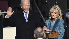 Joe Biden est assermenté en tant que 46e président des États-Unis par le juge en chef John Roberts alors que Jill Biden tient la Bible lors de la 59e inauguration présidentielle au Capitole américain à Washington, le mercredi 20 janvier 2021 (Crédit: Saul Loeb / Pool Photo via AP)