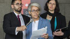 Bochra Manaï (au milieu) avec des membres du Conseil national des musulmans canadiens et l'Association canadienne des libertés civiles qui contestent devant les tribunaux la loi sur la laïcité de l'État au Québec - 17.06.2019 - La Presse Canadienne / Graham Hughes