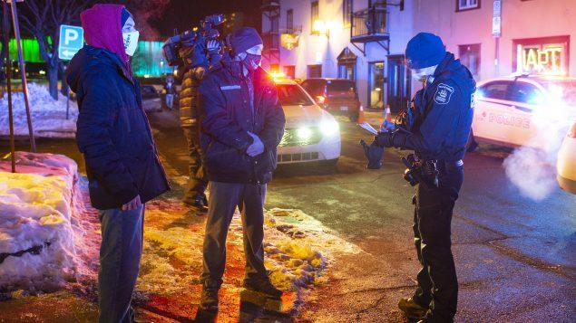 Le non-respect du couvre-feu peut coûter aux contrevenants une amende allant de 1000 à 6000 dollars - Photo : Québec / 09.01.2021 / La Presse Canadienne / Jacques Boissinot