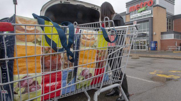 Seuls les commerces essentiels continueront à fonctionner en dehors des heures du couvre-feu qui entrera en vigueur samedi prochain - Photo : La Presse Canadienne / Ryan Remiorz