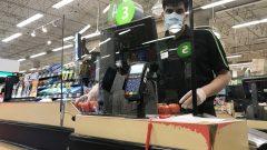Cette prime de 2$ l'heure environ permettrait dans une certaine mesure de maintenir les employés pendant la pandémie - Photo : La Presse Canadienne / Jonathan Hayward