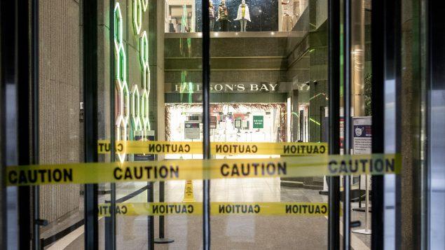 Les heures d'ouverture limitées ne s'appliquent pas aux épiceries qui vendent principalement des aliments, aux pharmacies, aux stations-service, aux dépanneurs, et aux restaurants offrant des mets à emporter et un service de livraison - Photo d'archvies : Chris Young / La Presse Canadienne