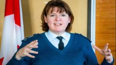 La lieutenante-générale Frances Allen a souvent fait œuvre de pionnière pendant ses 37 ans de carrière axée sur les communications, les opérations de réseaux, les cyberopérations, le commandement et la direction du développement des cybercapacités des Forces armées canadiennes, à tous les échelons - Photo : Ministere Defense Canada / Facebook