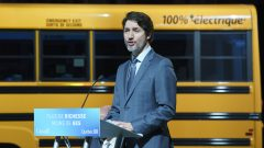 Justin Trudeau, le premier ministre du Canada, lors de l'annonce de l'investissement de 100 millions de dollars pour l'usine de batteries pour véhicules électriques - La Presse canadienne / Paul Chiasson