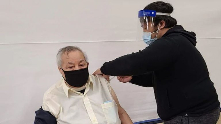 «Faites-vous vacciner, de grâce!» : le cri du cœur au Canada d'une Nunavummiuq en deuil