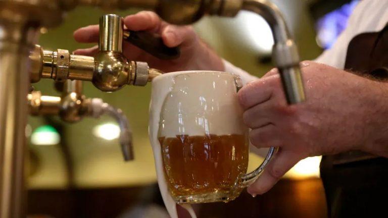 Dans le Grand Nord canadien, un bar offre une bière à ceux qui se font vacciner contre la COVID-19