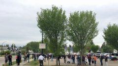 متظاهرون أمام مدرسة ليندسي ثوربر في البرتا/: CBC/ هيئة الاذاعة الكنديّة