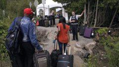 طالبو لجوء يعبرون الحدود الكنديّة بصورة غير شرعيّة/Charles Krupa/AP