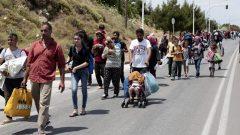 لاجئون أو طالبو لجوء يجتازون الحدود مشيا على الأقدام والحكومة الكندية ترغب بمساعدتهم حسب اقتراح المجلس العالمي للاجئين/رويترز