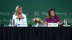 وزيرة الخارجيّة الكنديّة كريستيا فريلاند (إلى اليمين) ووزيرة خارجيّة الاتّحاد الاوروبي فيديريكا موغيريني في مؤتمر مونتريال لوزيرات الخارجيّة/Facebook