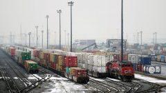 الاحتجاجات على مشروع أنبوب كوستال غاسلينك أدّت إلى شلّ حركة القطارات في العديد من أنحاء كندا/Mark Blinch/Reuters