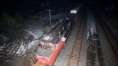 قطار تابع لشركة كنديان ناسيونال استأنف رحلته بعد أن أزالت شرطة أونتاريو حواجز أقامها محتجّون على مقربة من خطّ السكّة في تيينديناغا في جنوا المقاطعة في أونتاريو/Lars Hagberg/CP