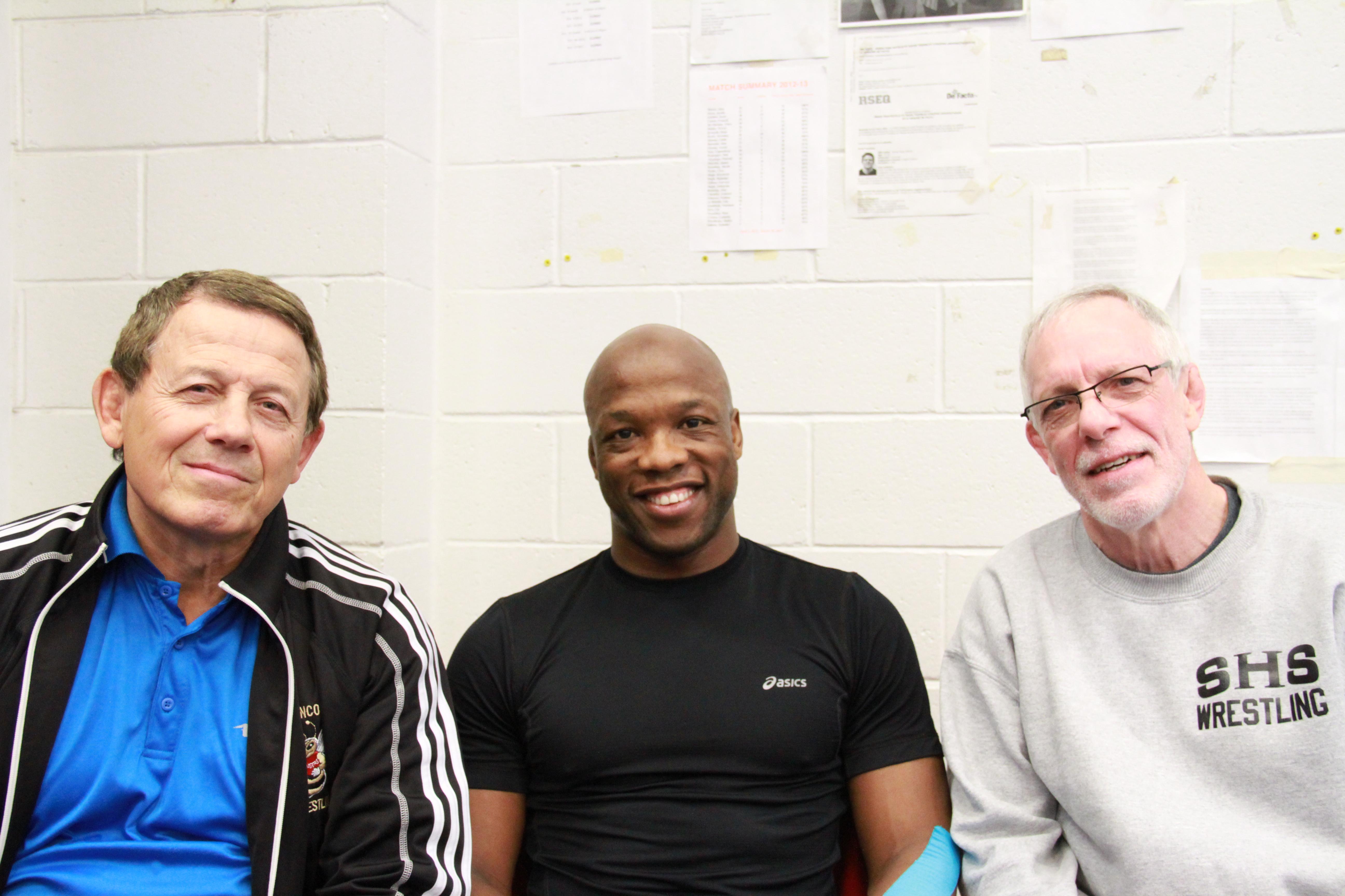 Cleopas avec ses entraîneurs Victor Zilberman (gauche) et Rob Moore (droite)