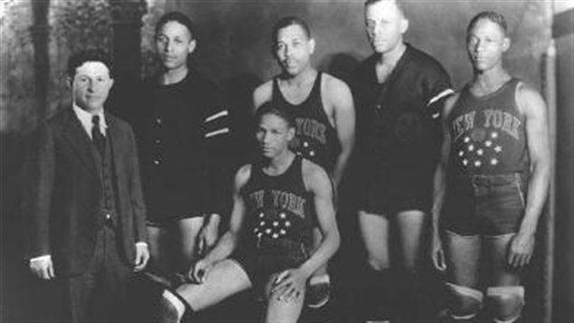 En 1927, Abe Saperstein (à droite) alors âgé de de 24 ans, acquiert le Savoy Big Five, qu'il rebaptise les Harlem Globetrotters.     Photo : Domaine public