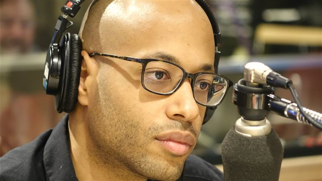 Le rappeur Webster dans le studio de Gravel le matin     Photo : Radio-Canada/Coralie Mensa