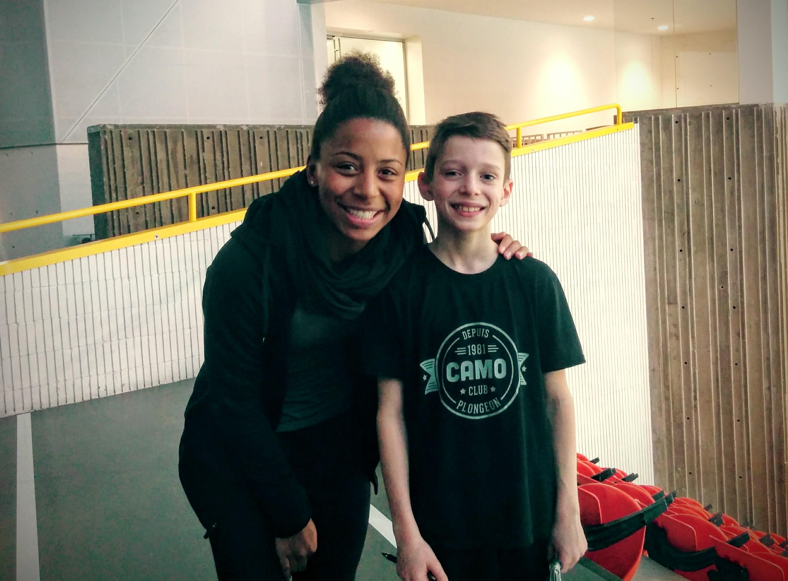Jennifer Abel avec le jeune plongeur Cédric Bertrand