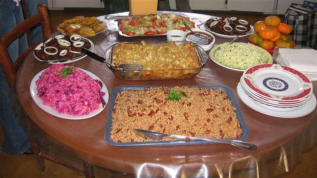 Un repas typique haïtien avec, entre autres, le pois et riz, et le porc frit (griot) Photo : Wikipedia/CoolSarahs
