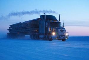 شاحنة تسير على طريق متجلّدة باتجاه يلونايف عاصمة الأقاليم الشمالية الغربية في شتاء العام (2009. (الصحافة الكندية