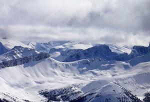 القمم الثلجية لجبال الروكي في الغرب الكندي.  وكل سنة تتسبب الانهيارات الثلجية في هذه المنطقة بمقتل نحو أربعة عشر شخصا. (أدريان سكوتو)