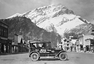 صورة التقطت في العام 1925: سيارة فورد موديل تي للدكتور بيري دوليتيل في وسط مدينة بانف في ألبرتا. (سي آي آي