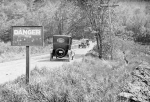 لافتة تشير إلى خطر على حافة الطريق في وينونا في أونتاريو في الحادي والعشرين من مايو 1922. (المكتبة والارشيف الوطني)