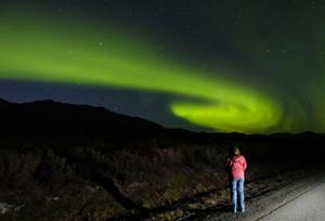 إمرأة تتأمل في شفق قطبي خلال ليلة جميلة من شهر أغطس آب 2010  (M. Scott Moon/Canadian)