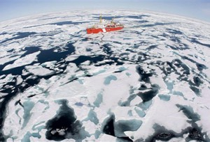 كاسحة الجليد الكندية NGCC Louis S. St-Laurent خلال قيامها بمهمة في خليج Baffin صيف عام 2008 (PC/Jonathan Hayward)