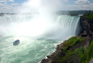 شلالات نياجارا كما يشاهدها السياح من مدينة Niagara Falls أي في الجانب الكندي من الحدود (CBC)