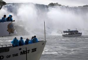 قوارب Maid of the Mist  التي تسمح بالاقتراب من شلالات نياجارا. الأول بدأ العمل ابتداء من عام 1846 (كنديان برس)