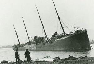 السفينة النروجية Imo التي جنحت على الشاطئ في أعقاب الانفجار الذي وقع في عام 1917 وهي التي اصطدمت بالجبل الأبيض Mont Blanc Nova Scotia Archives & Record Management/Canadian Press)