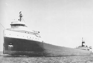 السفينة Edmund Fitzgerald على نهر St-Mary في شهر مايو أيار1975 أي قبل ستة أشهر فقط من غرقها الذي تسبب بمقتل 29 شخصا من ركابها. (United States Army Corps of Engineers)